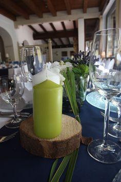 Tischdekoration in Dunkelblau und Weiß mit Akzenten von Apfelgrün, eine gelungene Mischung aus Eleganz und Rustikalem - Heiraten im Seehaus am Riessersee, Garmisch-Partenkirchen, Bayern - Riessersee Hotel Resort - Wedding in Bavaria - Centerpiece in white, navy blue and lemon green