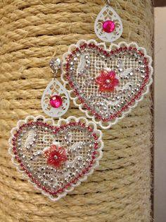 VENDO ORECCHINI in pizzo macramè bianco a forma di cuore con strass in cristallo fuxia, e fiorellini in resina fuxia. Spedizioni in tutta Italia  Contattatemi privatamente  DISPONIBILI SUBITO  Mi trovate anche su facebook
