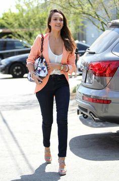 What would Jessica Alba wear… para ir a una reunión de trabajo?