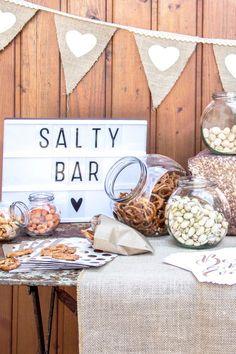 Voll im Trend: Eine Salty Bar als herzhafte Alternative zur Candy Bar bei der Hochzeit. Tipps und Inspiration findet Ihr hier: https://www.weddix.de/ratgeber/inspiration/salzig-ist-das-neue-suess.html