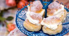Mumsiga minisemlor – oemotståndligt goda | land.se Doughnut, Breakfast, Land, Sweet, Desserts, Morning Coffee, Candy, Tailgate Desserts, Deserts