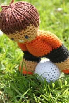 Voetballer om te haken ~ Gratis patroon Diy Crochet, Crochet Dolls, Crochet Hats, Crochet Keychain, Alice, Waldorf Dolls, Amigurumi Doll, Doll Accessories, Sewing Tutorials
