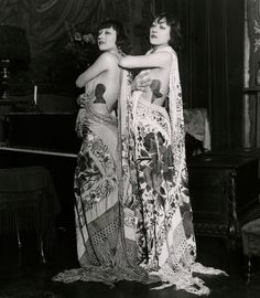 """maudelynn: """" The Dolly Sisters wearing the """"New English fad of wearing sweetheart's silhouettes close to the heart"""" """" Old Hollywood Glamour, Vintage Hollywood, Christopher Niquet, Dolly Sisters, Ziegfeld Girls, Ziegfeld Follies, Draw On Photos, Vintage Girls, Vintage Style"""