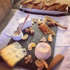 木のボードやトレイの次は石!?スレートボードは幅広く食材を盛り付けられ、簡単なお料理でもごちそうに見えます。食材を乗せるだけでおしゃれに見えるスレートをご紹介します♡