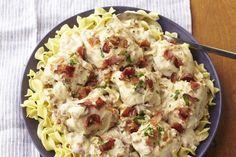 Une recette à la mijoteuse classique et élégante faite de nouilles aux œufs et de poulet nappés d'une délicieuse sauce onctueuse aux oignons et au bacon.