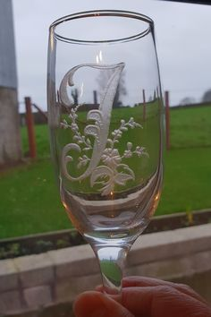 Glass engraving by Gizella. Glass Engraving, Hand Engraving, Painted Champagne Flutes, Alcoholic Drinks, Wine, Glasses, Painting, Eyewear, Eyeglasses