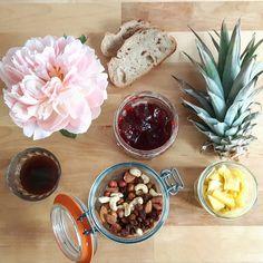 Good breakfast.  Ananas, fruits secs, tartine et café. Le plein de vitamines.