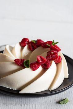 Il budino al cocco è un dessert fresco e delicato, l'ideale per concludere una cena di primavera con gli amici o per una coccola a merenda.
