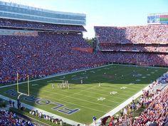 BEN HILL GRIFFIN STADIUM (Gainesville, Etats-Unis). De 22.000 places à sa création en 1930, le stade des Florida Gators est passé aujourdhui à une capacité de 90.000 places. On le surnomme The Swamp (Le marais). Cest une des ambiances les plus extraordinaires de la NCAA.