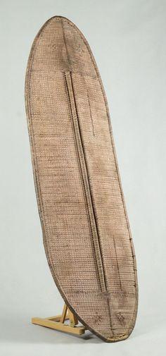 TYPE D'OBJET: Bouclier ETHNIE: Mongo ORIGINE: République Démocratique du Congo. (Ex Congo Belge, ex Zaïre). MATÉRIAU: Bois, marqueterie de paille DIMENSIONS: 137 x 46 cm ETAT: Moyen Art Tribal, Art Premier, Art Africain, Statue, African Art, Zip Around Wallet, Arts, Dimensions, Ebay