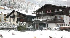 18000 Apartments Juri & Hermann 1 se nachází 200 metrů od lyžařského vleku a 500 m od lanovky, která je v provozu také v létě. Při dobrých sněhových podmínkách nabízí možnost lyžování přímo od některých apartmánů.  Apartmány jsou zařízené v alpském stylu a najdete v nich plně vybavenou kuchyň, jídelní část, satelitní TV i koupelnu se sprchou.  Juri & Hermann 1 leží 500 metrů od wellness centra Römerbad a termálních lázní Kathrein.