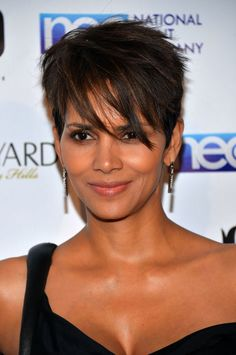 The Hottest Hair Trends of Spring 2014 Halle Berry Haircut, Halle Berry Short Hair, Halle Berry Pixie, Halle Berry Hairstyles, Short Sassy Hair, Spring Hairstyles, Short Bob Hairstyles, Celebrity Hairstyles, Short Hair Cuts