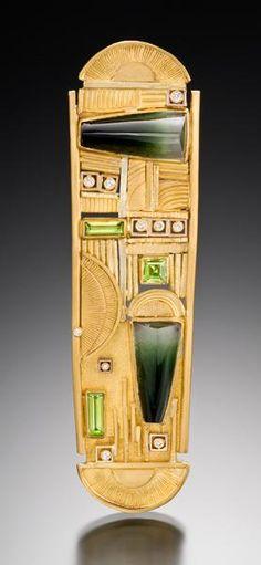 Judith Kaufman, King Tut, 2010, Brooch, tourmaline, peridots, diamonds, 22-karat yellow gold, 18-karat green gold, 127 x 12.7 mm, photo: Tony Pettinatto