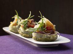 Edle und dekorative mediterrane Vorspeise, bei der sich der Aufwand lohnt. Gebeizte Meeräsche - mit  feinem Salat in Artischockenböden angerichtet - smarter - Kalorien: 314 Kcal - Zeit: 1 Std.  | eatsmarter.de