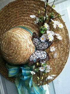 Spring wreaths are easy - New Deko Sites Hat Crafts, Wreath Crafts, Diy Wreath, Diy And Crafts, Easter Wreaths, Holiday Wreaths, Hat Decoration, Diy Y Manualidades, Spring Hats