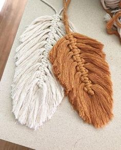 Macrame feathers are all over my feed lately. It's so great to see all of you fiber artists inspiring each other to try something new. I'll… Related posts:eine Eichel machen, eine QuasteDIY Boho - Dekoration mit Makramee BlätternBlütenblatt Makramee Punkt Yarn Crafts, Diy And Crafts, Arts And Crafts, Beaded Crafts, Macrame Projects, Craft Projects, Boho Dekor, Macrame Patterns, Macrame Jewelry