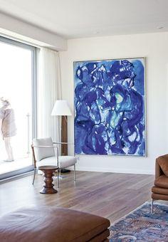 Et stort maleri af Mogens Andersen lyser op. Fra stuen kan man gå direkte ud på altanen.