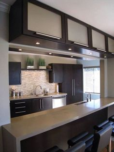 Browse photos of Minimalist Kitchen Design. Find ideas and inspiration for Minimalist Kitchen Design to add to your own home. Kitchen Cabinet Design, Kitchen Cabinetry, Kitchen Interior, Kitchen Decor, Apartment Kitchen, Kitchen Designs, Kitchen Layout, Glass Kitchen, Kitchen Colors