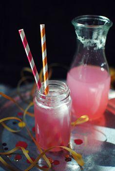 Kræsen: Pink lemonade for dummies! Fancy Drinks, Summer Drinks, Pink Birthday, Perfect Pink, Everything Pink, Pink Lemonade, Tequila, Glass Of Milk, Yummy Food
