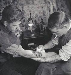 old tatoo artist Tattoo Foto, See Tattoo, Tattoo Shop, Tattoo Pics, Tatto Man, Tattoo Ideas, Tattoo Old School, Tori Tori, Inspiration Artistique