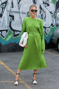 Street Style Looks, Street Style Women, Business Casual Outfits For Women, Fashion Gallery, Women's Summer Fashion, Red Carpet Fashion, European Fashion, Emerald, Bag Patches