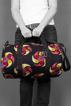 This particular weekender bag is full of Adinkra symbolism from Ghana through the symbol Nkonsonkonson the bag carries and symbolizes family. Are you looking for a handy weekender bag? Then this is thé bag for you, but also suitable as a present for friends or family.