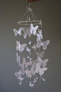 Butterfly nursery mobile / baby mobile made with white butterflies -- Butterfly babyshower, nursery art, nursery decor door SierGoed op Etsy