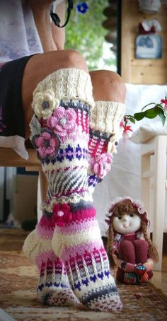 alıntıdır - kadinlarinsesi.com Knitting Socks, Hand Knitting, Knitting Patterns, Crochet Cross, Knit Crochet, Crochet Hats, Knitting Projects, Crochet Projects, Crochet Slippers
