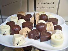 Assortiment chocolat maison 2 Bonbon Caramel, Chocolate Bonbon, How To Make Chocolate, Biscuit Cupcakes, Praline Recipe, Ice Cream Candy, Fancy Desserts, Pastry Cake, Ice Cream Recipes