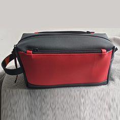 Trousse de toilette Fringante en toile noire et simili rouge cousue par Frédérique - Patron Sacôtin
