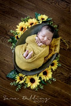 Newborn Photography Girl Sunflower Ideas For 2019 Foto Newborn, Newborn Baby Photos, Baby Poses, Baby Girl Photos, Newborn Poses, Newborn Shoot, Newborn Pictures, Baby Girl Newborn, Baby Pictures