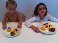 Plato divertido con frutas que parecen huevos fritos, morcilla con patatas