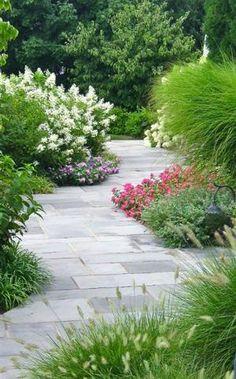 Bekijk de foto van Woonblog.eu met als titel Met een diagonaal pad lijkt je tuin optisch groter! Benieuwd naar meer tips voor de kleine tuin? Klik op de bron voor het volledige artikel op Woonblog! en andere inspirerende plaatjes op Welke.nl.