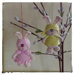 Kleine Hasen dürfen auf keinem Osterstrauch fehlen ! Diese niedlichen Osterhasen sind schnell gehäkelt und eignen sich nicht nur hervorragend um sie auf deine Palmkätzchen zu hängen , du kannst sie auch als Blumenstecker oder als Taschenbaumler verwen