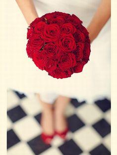 bouquet de mariage rouge / bouquet de mariée #weddingbouquet #bridalbouquet www.joyeuxmariage.fr