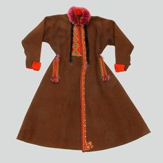 Mans sukmana coat, the so-called opierzanka, made of brown wool. Collar made of spun silk. On the sides, mock pocket cuts (no pockets). Embroidered and trimmed with red wool. Fastened with hooks and eyes. Hand sewn.  Eastern Krakowiak Folk, Ćwików, P. Dąbrowa Tarnowska, early 20th c.