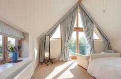 В наше время стало популярным использование чердака, как спальню или кабинет, шторы помогут сделать такое помещение более домашним и уютным