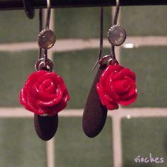 Pendientes colección Rose en color rojo. Cada pendiente tiene un gancho con un cristal de Swarovski a juego. Uno de los detalles originales de los pendientes es el abalorio que cuelga tras la rosa en forma de lágrima.