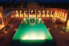 L'Hôtel Amanjena dispose de 35 pavillons indépendants, et six maisons agencées autour de la piscine, du spa et du centre de remise en forme.  Une bibliothèque est aussi à disposition.