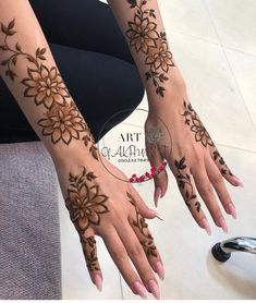 Love the big flowers what do u guys think? Modern Henna Designs, Latest Henna Designs, Floral Henna Designs, Arabic Henna Designs, Mehndi Designs For Girls, Stylish Mehndi Designs, Mehndi Designs For Beginners, Mehndi Design Photos, Wedding Mehndi Designs