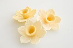 How to make a gum paste daffodil on http://cakejournal.com/tutorials/how-to-make-a-gum-paste-daffodil/