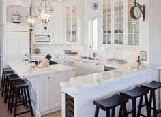 cocina blanca con isla con encimera de mármol