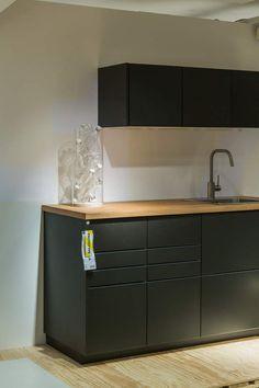 No Waste : les portes de cuisine Kungsbacka,Les portes de cuisine Kungsbacka, elles sont entièrement réalisées en bois recyclé avec un placage produit à partir de bouteilles en plastique. La finition satinée mate, présentée ici en gris foncé très réussi.