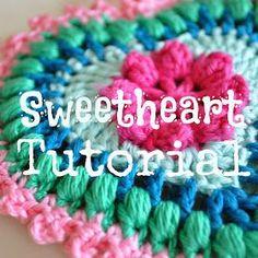 Chart and tut - 't Bezige Bijtje: Sweetheart tutorial! Crochet Bows, Knit Or Crochet, Crochet Motif, Crochet Designs, Crochet Patterns, Diy Crochet Granny Square, Freeform Crochet, Crochet Decoration, Holiday Crochet