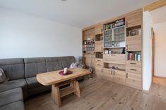 Eine praktische Möbeltrennwand zwischen dem Eingangsbereich und dem Wohnzimmer und bietet viel Stauraum. So wurde der Platz optimal genutzt. Corner Desk, Furniture, Home Decor, Separate, Door Entry, Closet Storage, Living Room, Corner Table, Decoration Home