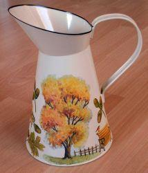 Metallkanne-Baum-im-Herbst