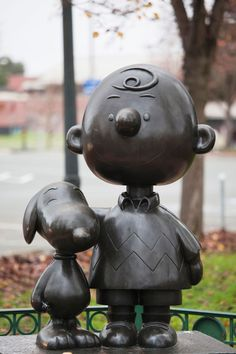 This statue of Charlie Brown and Snoopy resides in St. Charles Schultz, the creator of Peanuts, was born in Minneapolis, Peanuts Gang, Peanuts Movie, Peanuts Cartoon, Peanuts Characters, Charlie Brown And Snoopy, The Peanuts, Snoopy Love, Snoopy And Woodstock, Foto Batman