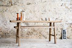 La mesa Vizzavona tiene un aspecto vintage. Esta mesa está hecha de madera con un estilo vintage.