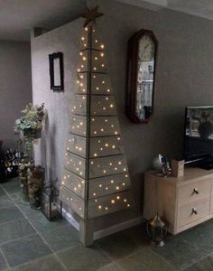 Corner Pallet Tree with Lights...these are the BEST DIY Christmas Decorations…