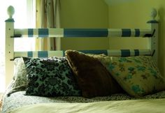 Intérieur équestre : Barres d'obstacles en guise de tête de lit